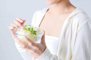 サラダsを食べる女性