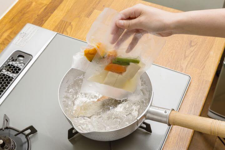 わんまいるの惣菜を温める様子